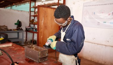 A trainee grinds metal during a vocational training in Kismaayo Technical Institute. The trainee is one of the beneficiaries of the 'Dal Dhis' project, launched by UNIDO, which provides vocational training to youth in Kismaayo.